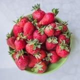 Erdbeeren auf einer Platte Lizenzfreies Stockbild