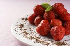 Erdbeeren auf einer Platte stockbilder