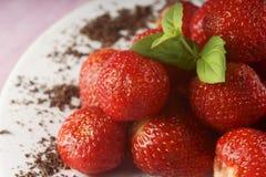 Erdbeeren auf einer Platte stockbild
