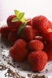 Erdbeeren auf einer Platte stockfoto