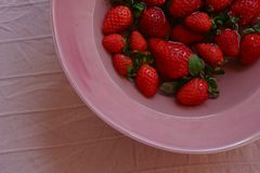 Erdbeeren auf einer rosa Platte stockbild