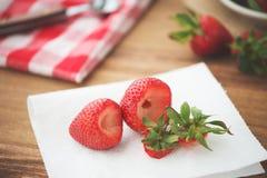 Erdbeeren auf einer Tabelle Lizenzfreies Stockfoto