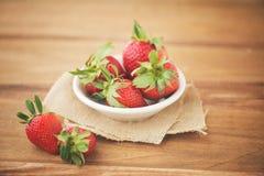 Erdbeeren auf einer Tabelle Lizenzfreie Stockfotos