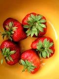 Erdbeeren auf Gelb Lizenzfreie Stockfotos