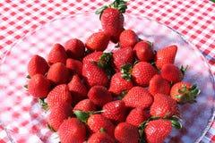 Erdbeeren auf Glasplatte Stockbilder