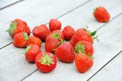 Erdbeeren auf hölzerner Tabelle Lizenzfreie Stockfotografie