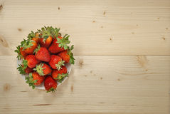 Erdbeeren auf Platte Stockbild