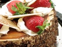 Erdbeeren auf Schokoladenkuchen Lizenzfreie Stockbilder