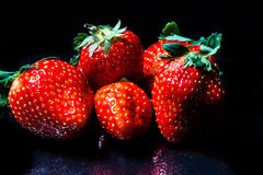 Erdbeeren auf Schwarzem Lizenzfreies Stockbild