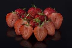 Erdbeeren auf schwarzem Acryl Lizenzfreie Stockfotos