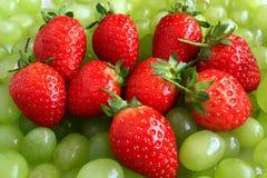 Erdbeeren auf Trauben Stockbild