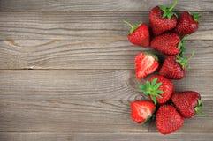 Erdbeeren auf verwittertem Holz Stockbild