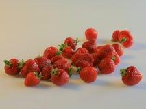 Erdbeeren auf weißem Hintergrund Stockfoto