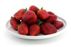 Erdbeeren auf weißer Platte Lizenzfreie Stockfotos