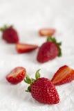 Erdbeeren auf zeitgenössischem weißem spärlichem Hintergrund Lizenzfreie Stockfotos
