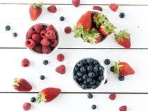 Erdbeeren, Blaubeeren, Himbeeren Stockbilder