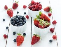 Erdbeeren, Blaubeeren, Himbeeren Stockfotografie