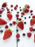 Erdbeeren, Blaubeeren, Himbeeren Lizenzfreies Stockfoto