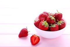 Erdbeeren brüllen herein auf rosa hölzernem Hintergrund lizenzfreies stockfoto
