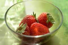 Erdbeeren in der aglass Schüssel mit Reflexionen Stockbild