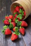 Erdbeeren in der hölzernen Schüssel Lizenzfreie Stockbilder