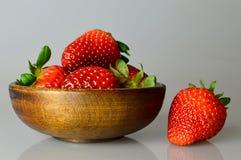 Erdbeeren in der hölzernen Schüssel Stockfotos