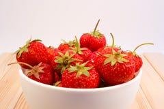 Erdbeeren in der Schüssel Stockfoto