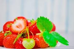 Erdbeeren in der Schüssel auf Holztisch mit zurückhaltendem und Kopie spacen Lizenzfreies Stockfoto
