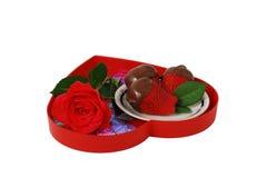 Erdbeeren in der Schokolade auf rotem Innerem formten Tellersegment Stockfoto