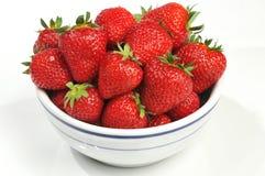 Erdbeeren in der weißen Schüssel mit blauer Ordnung Lizenzfreie Stockfotos