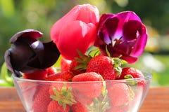 Erdbeeren in einem Glas Stockfotos