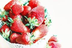 Erdbeeren in einem Korb, Sommerfarben in den Beeren, Hintergrund w lizenzfreie stockbilder