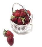 Erdbeeren in einem Kristallvase zwei von seinem nahe bei einem Vase Ansicht von oben Lizenzfreie Stockfotografie