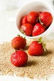 Erdbeeren in einem weißen Cup Stockfotografie