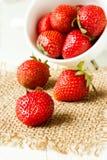 Erdbeeren in einem weißen Cup Lizenzfreie Stockbilder