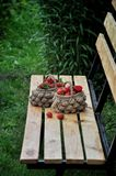 Erdbeeren in einem Weidenkorb lizenzfreie stockfotos