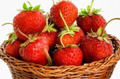 Erdbeeren in einem Weidenkorb Stockbilder
