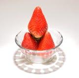 Erdbeeren in einer Glasschüssel. Stockbilder