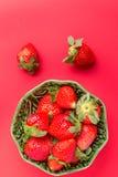 Erdbeeren in einer hölzernen Schüssel auf dem alten Holztisch Stockfotos