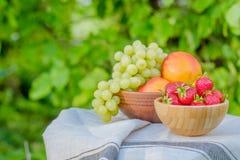 Erdbeeren in einer hölzernen Schüssel Frische saftige Frucht auf einem natürlichen Ba Lizenzfreie Stockbilder