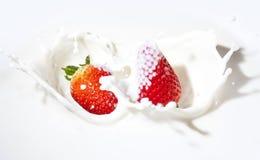 Erdbeeren in einer Sahne lizenzfreies stockbild