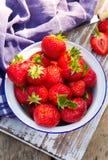 Erdbeeren in einer Schüssel. Stockfotografie
