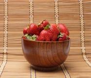 Erdbeeren in einer Schüssel Lizenzfreie Stockfotos