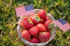 Erdbeeren in einer Schüssel mit amerikanischen Flaggen stockfotografie