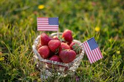 Erdbeeren in einer Schüssel mit amerikanischen Flaggen stockfotos