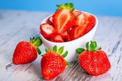 Erdbeeren in einer Schüssel Stockfoto
