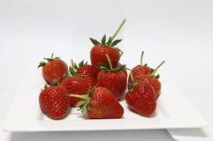 Erdbeeren in einer weißen Platte Lizenzfreies Stockfoto