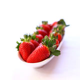Erdbeeren in einer weißen Schüssel Lizenzfreies Stockbild
