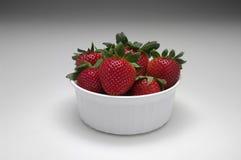 Erdbeeren in einer weißen Schüssel lizenzfreie stockfotos