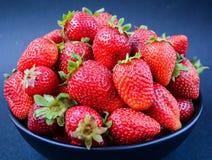Erdbeeren gedient in einer Schüssel Lizenzfreie Stockbilder